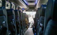 Jakie uprawnienia powinna posiadać firma oferująca przewozy autokarowe?